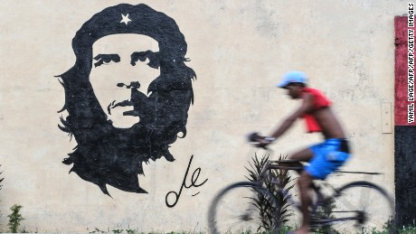 "A graffiti depicting the image of legendary guerrilla leader Ernesto ""Che"" Guevara in a street of Havana, on October 2, 2017. / AFP PHOTO / YAMIL LAGE        (Photo credit should read YAMIL LAGE/AFP/Getty Images)"