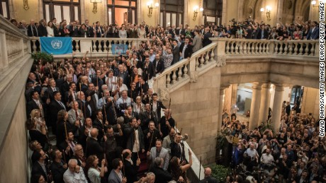 BARCELONA, SPAIN - OCTOBER 27:  Mayors of Catalonia sing the Catalan anthem after Catalan President Carles Puigdemont (C, balcony) made an official statement after the news that the Catalan Parliament voted in favour of independence from Spain on October 27, 2017 in Barcelona, Spain. MPs in the Catalan parliament have today voted following a two days session on how to respond the Spanish governments enacting of Article 155, which would curtail Catalan autonomy.  (Photo by David Ramos/Getty Images)