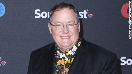 Uitvoerende vervaardiger John Lasseter woon die première van Disney Pixar se COCO-fliek 8 November 2017 in Hollywood, Kalifornië, by. / AFP FOTO / MACON VALERIE / ALTERNATIEWE OES (foto krediet moet ooreenstem met VALERIE MACON / AFP / Getty Images)