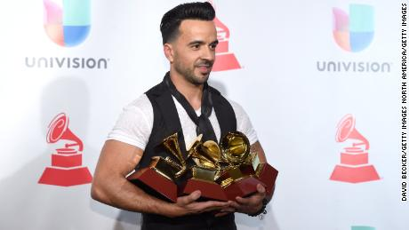 LAS VEGAS, NV - NOVEMBER 16:  Luis Fonsi poses in the press room during The 18th Annual Latin Grammy Awards at MGM Grand Garden Arena on November 16, 2017 in Las Vegas, Nevada.  (Photo by David Becker/Getty Images )