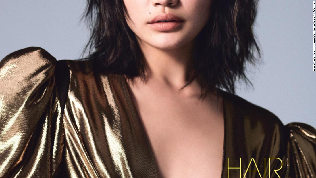 "Successful hafu models like Fukushi -- and contemporaries like <a href=""http://edition.cnn.com/style/article/kiko-mizuhara-guide-to-model-travel/index.html"" target=""_blank"">Kiko Mizuhara</a> and Rola -- have become fashion week regulars, their faces regularly splashed onto international fashion campaigns and magazine covers. 这里, Rina poses for <a href=""https://www.vogue.co.jp/&quot目标=t=&quo_空白nk&a报价uot;>Vogue Japan&lt一个/a>."