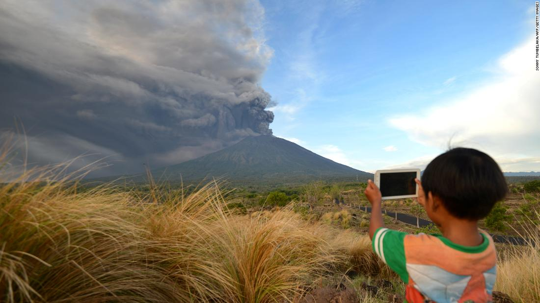 Indonesia volcano: Mount Agung eruption closes Bali's main airport