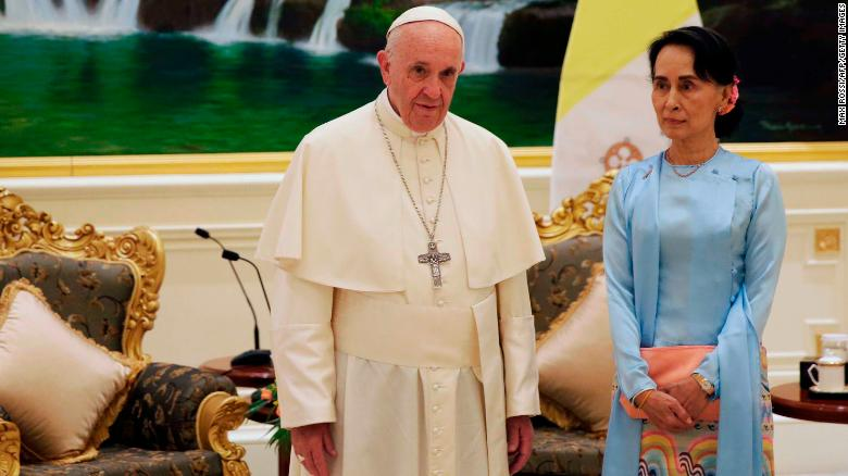 Pope Francis (L) stands with Myanmar's civilian leader Aung San Suu Kyi (R) during their meeting in Naypyidaw on November 28, 2017.