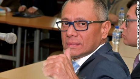 Ecuador's vice president Jorge Glas gives his thumb up before the start of his hearing at the court in Quito, on December 8, 2017.  Ecuadorean Attorney-General Carlos Vaca asked for the maximum penalty of six years for Glas, indicted for unlawful association in the giant corruption case involving Brazilian constructor Odebrecht.   / AFP PHOTO / RODRIGO BUENDIA