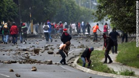 Supporters of presidential candidate for the Opposition Alliance against Dictatorship party Salvador Nasralla, clash with Honduran Army soldiers during protests in Tegucigalpa, on December 15, 2017. Leftist opposition candidate Salvador Nasralla's supporters demonstrate across Honduras protesting alleged fraud in the presidential election and calling for a national strike.   / AFP PHOTO / ORLANDO SIERRA        (Photo credit should read ORLANDO SIERRA/AFP/Getty Images)