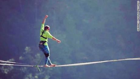 Blindfolded slackline world record