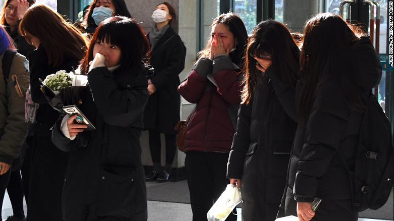 Tearful fans gather at a mourning altar for Jonghyun at a hospital in Seoul on December 19, 2017.