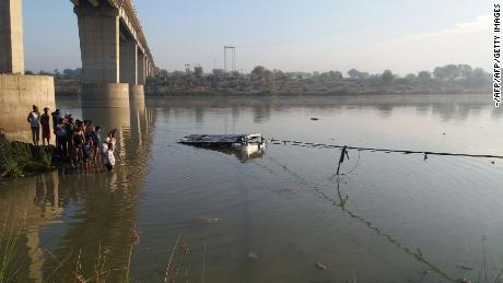 An Indian bus is pulled from the Banas River after a deadly accident in Sawai Madhopur in Rajasthan state, on December 23, 2017.