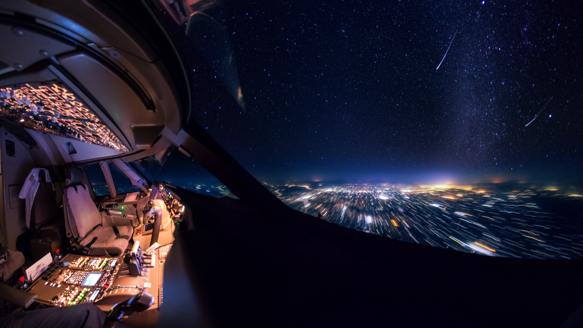 Pilot's spectacular photos taken from an airplane cockpit