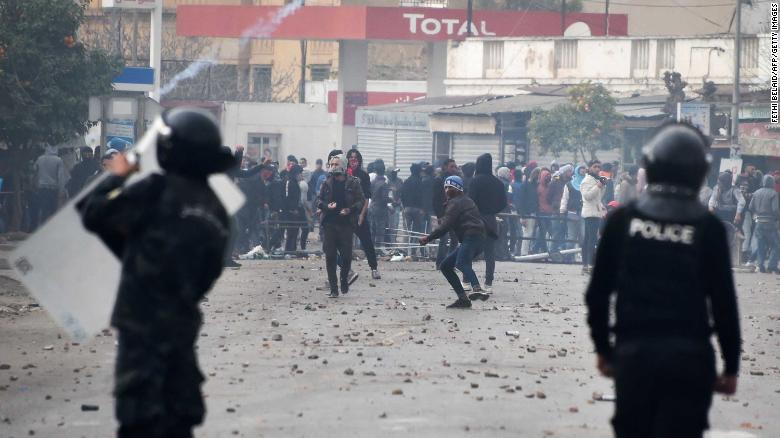 Tunisian protesters clash with security forces in Tebourba