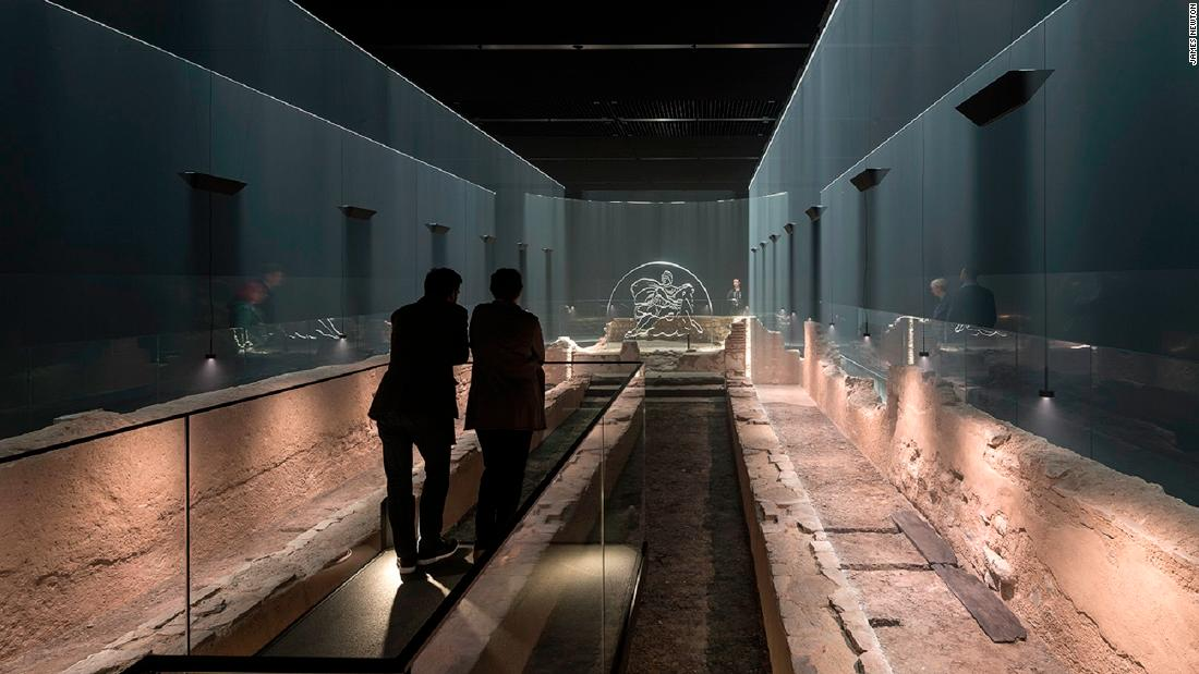 Visiting the temple is a fully immersive experience. The temple lies seven meters below the streets of London, at Roman ground level. Light and haze extend from the ruins to recreate the temple's columns, which are thought to have been sold when the building was taken over by another cult.