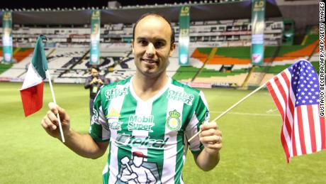 Leon´s new footballer,  Landon Donovan of the US, poses with the team´s jersey during his official presentation at the Nou Camp stadium on January 15, 2018, in Leon, Guanajuato state, Mexico. / AFP PHOTO / GUSTAVO BECERRA        (Photo credit should read GUSTAVO BECERRA/AFP/Getty Images)