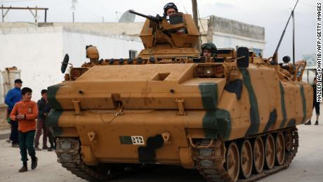 Turkish tank crosses border between Turkey and Syria