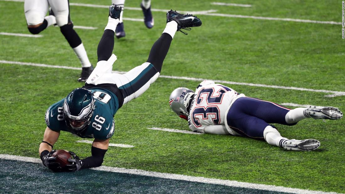 Philadelphia tight end Zach Ertz dives for the goal line, scoring a fourth-quarter touchdown to give the Eagles a 38-33 lead.