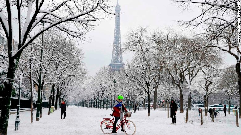 Heavy snow blankets Paris