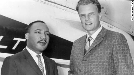 Il Rev. Martin Luther KIng Jr. e il Rev. BIlly Graham in an undated photo.