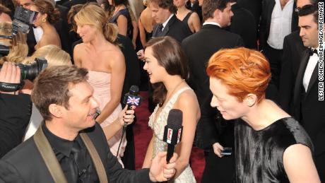 Ryan Seacrest interviews actress Tilda Swinton at the Academy Awards in 2008