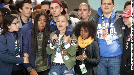 Students from Marjory Stoneman Douglas High School, including Emma Gonzalez, stand together on stage with other young victims of gun violence at the conclusion of the March for Our Lives rally on March 24, 2018, 在华盛顿, 直流电.
