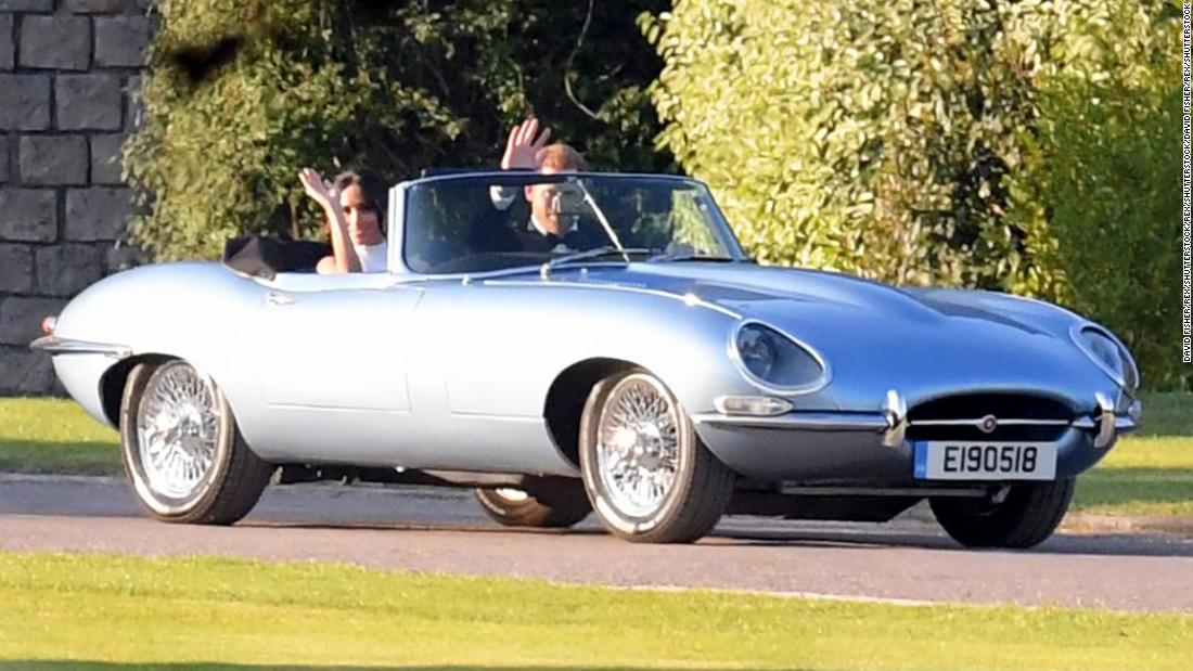 jaguar e type royal newly weds stun crowds with electrifying style cnn style. Black Bedroom Furniture Sets. Home Design Ideas
