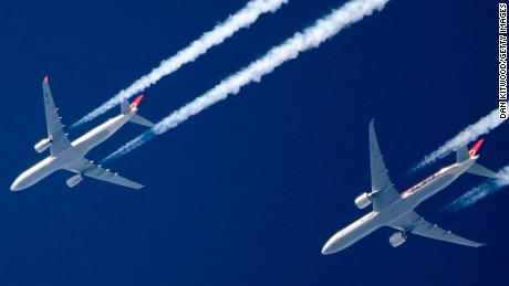 Ban air miles to combat climate crisis, recommends UK research
