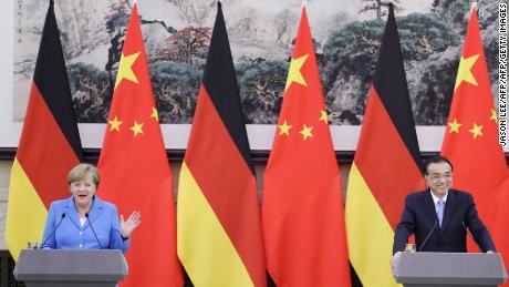 چینی وزیر اعظم لی کی چیانگ (ر) اور جرمن چانسلر انگیلا میرکل 24 مئی ، 2018 کو بیجنگ کے عظیم ہال آف دی پیپل میں مشترکہ نیوز کانفرنس میں شریک ہیں۔