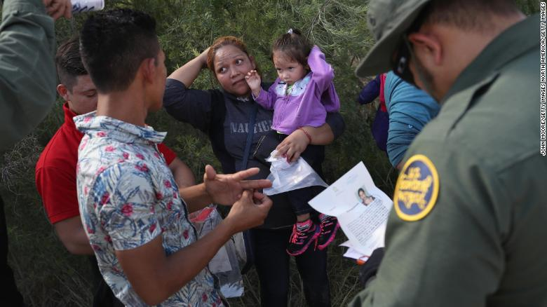 US judge orders migrant families to be reunited