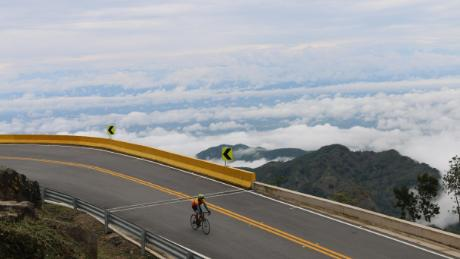 Cycling towards Cambao from Bogotá.