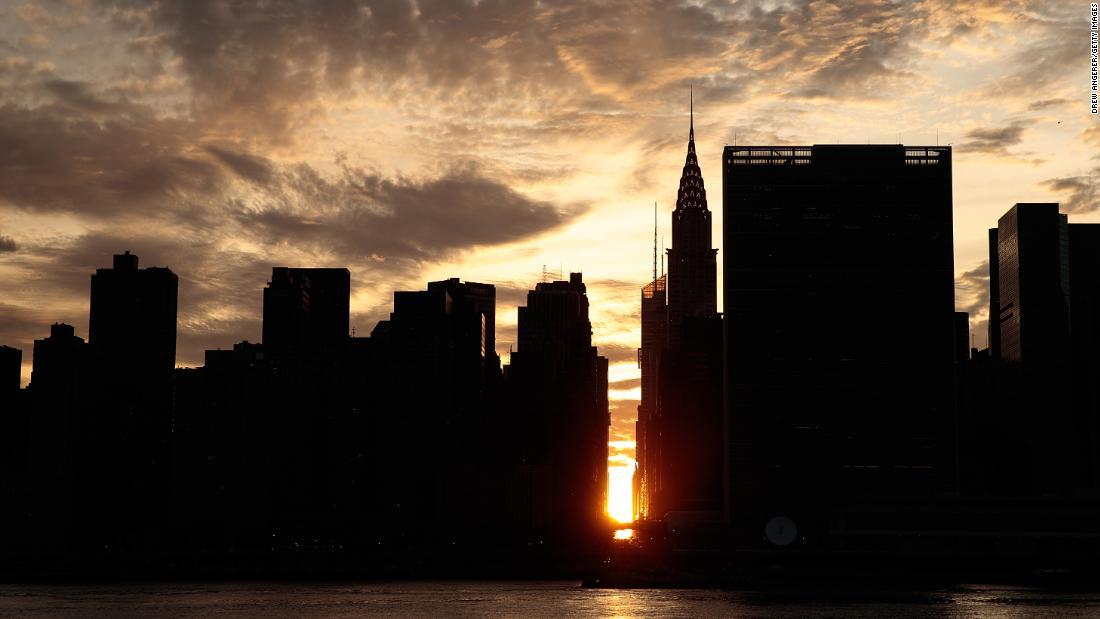 Manhattanhenge in glowing photos