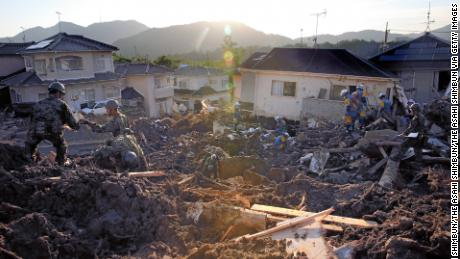 Japan floods: Heat wave adds to misery in devastated areas