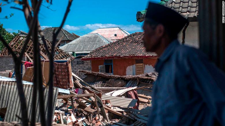 Third strong earthquake shakes Indonesia as death toll tops 300