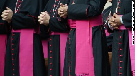 Les évêques catholiques prient sur la place Saint-Pierre au Vatican.