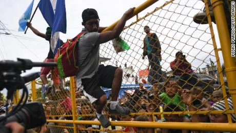 Honduran migrant 'caravan' resumes from Mexico to US