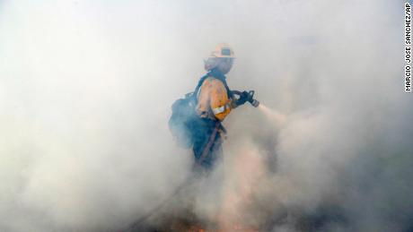 Un pompier combat un feu de forêt vendredi à Agoura Hills, dans le comté de Los Angeles.