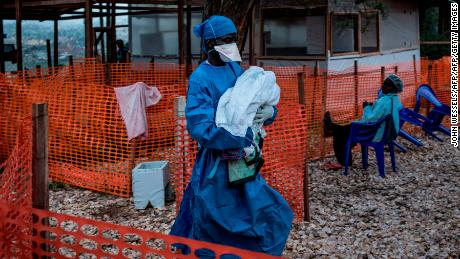 A health worker in the town of Butembo carries a suspicious four-day baby without Ebola.