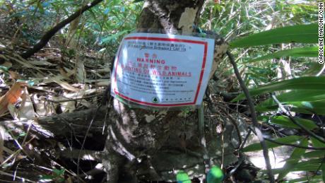 Una señal de advertencia contra la caza ilegal vista en un parque rural de Hong Kong.