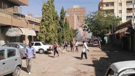 Die Polizei beschoss Demonstranten in Khartoum im Dezember mit Tränengas.