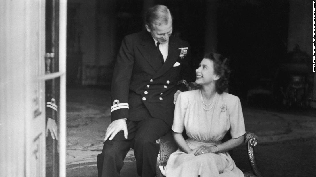Prince Philip sits with his fiancee, Princess Elizabeth, 在七月 1947. He had become a naturalized British citizen and a commoner, using the surname Mountbatten, an English translation of his mother's maiden name. He was also an officer of the British Royal Navy and fought in World War II.