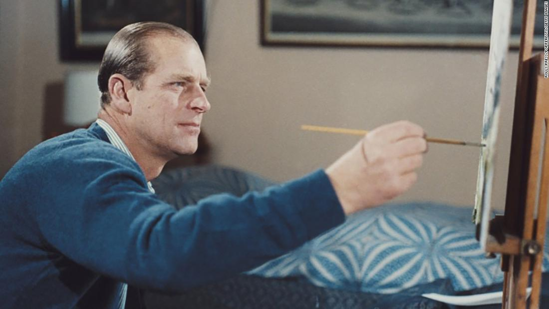 "Prince Philip paints during the filming of the documentary ""Royal Family&报价; 在 1969."