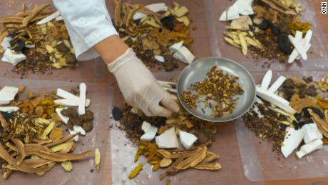 Auswahl traditioneller chinesischer Arzneimittel in ihrer Rohform.