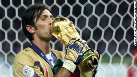 Le gardien italien Gianluigi Buffon embrasse le trophée après la finale de la Coupe du Monde 2006.