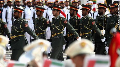 Los guardias marchan antes de la llegada del Papa Francisco al palacio presidencial.