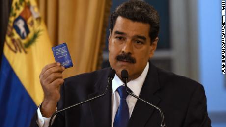Estados Unidos dispuesto a reunirse con Maduro como militar ayuda a entregar ayuda a Venezuela