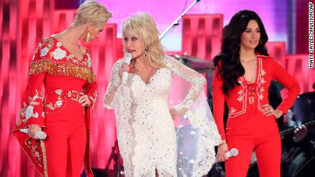 """Katy Perry, Dolly Parton and Kacey Musgraves perform """"Here You Come Again"""""""