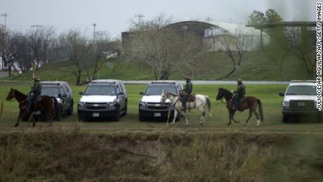 Miembros de la Patrulla Fronteriza de los EE. UU. vigila el Río Grande en Eagle Pass, Texas, el 9 de febrero.