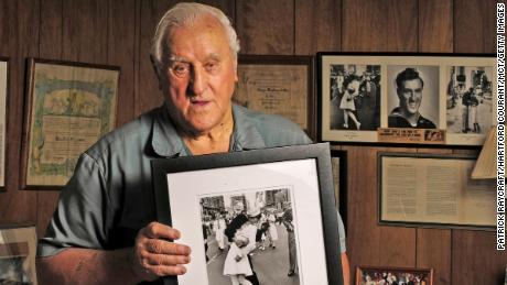 George Mendonsa, then 89, holds the iconic photograph at his Rhode Island home in 2012.