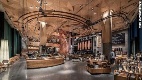 Starbucks & # 39; New 32,000 square foot store in Tokyo is the largest in the world