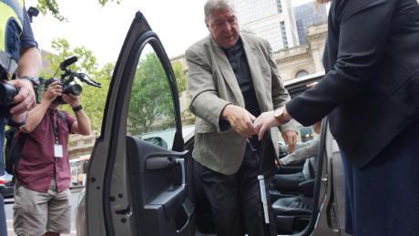 Pell arrive au tribunal à Melbourne mardi