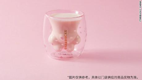 Starbucks sold the limited edition cat paw cups at around $ 30 each. Chinese customers could not get enough.
