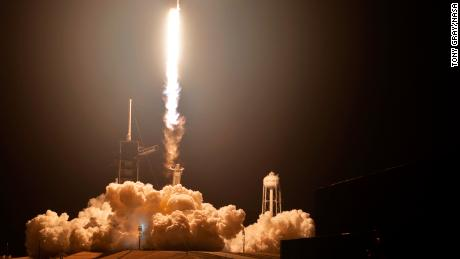 SpaceX Crew Dragon amarre à la station spatiale en vol de démonstration