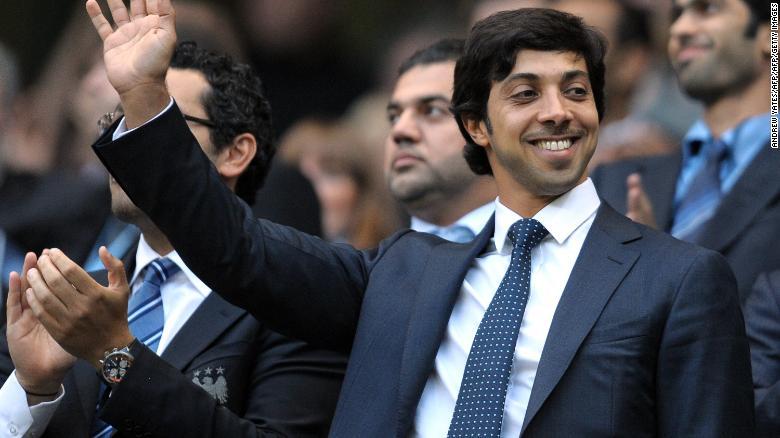 Chủ sở hữu thành phố Manchester, ông Sheikh Mansour bin Zayed Al Nahyan sẽ xem xét trong trận đấu của câu lạc bộ với Liverpool năm 2010.